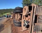 Carreta carregada de gado tombou na GO-210, entre Mazagão e Água Limpa