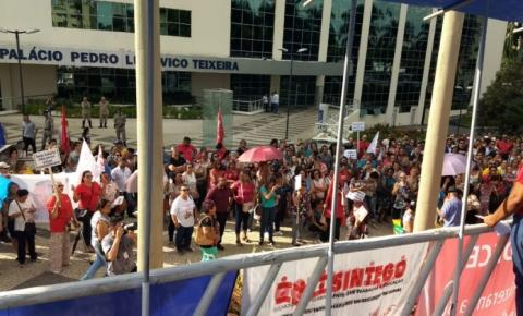 Professores da rede estadual deflagram greve