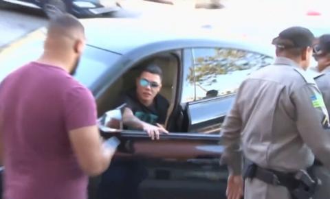 Felipe Araújo é flagrado por agentes de trânsito dormindo dentro de veículo, em Goiânia
