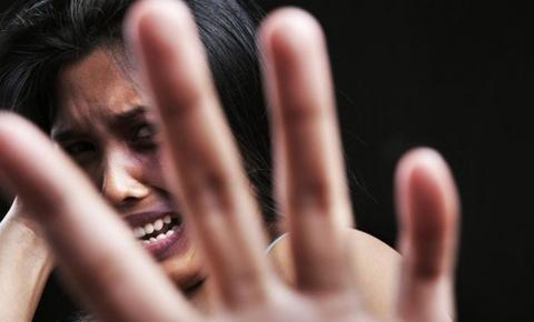 Mulher é presa em flagrante por agredir companheira em Piracanjuba