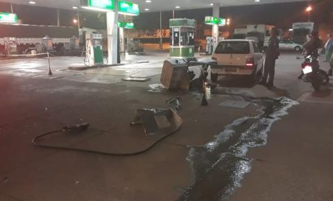 Carro desgovernado bate, arranca bombas de combustíveis e causa princípio de incêndio, em Araguari