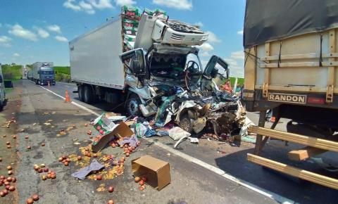 Carro é prensado por carreta e caminhão na BR-153; duas pessoas morrem e uma sofre múltiplas fraturas