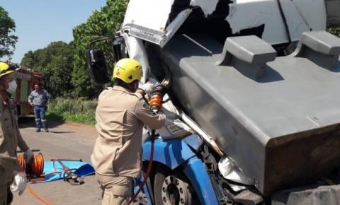 Caminhoneiro morre após ser atingido pela própria carga, em Uruaçu