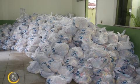Prefeito Wisner Araújo primeira dama  e Secretária de Assistência Social Lara Araújo  fazem entrega de 800 Cestas de Natal