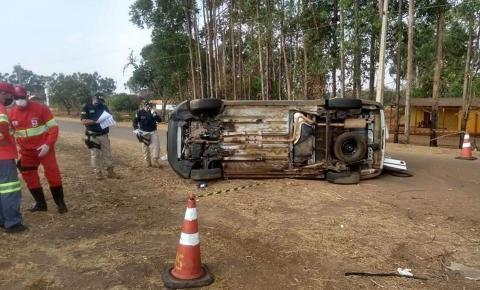 Ambulância com 05 pessoas de Piracanjuba tomba na BR 153 e acontece  morte