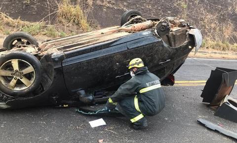 Um carro com um casal capotou na Curva da morte próximo o Povoado do Grupinho