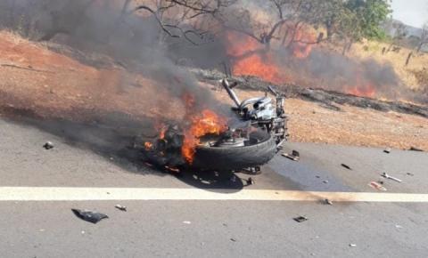 Moto bate em caminhão e uma pessoa morre; colisão causa incêndio em vegetação na GO-139