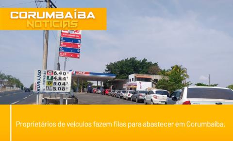Proprietários de veículos fazem filas para abastecer em Corumbaíba.