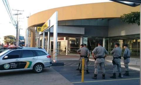 BANDIDOS EXPLODEM AGÊNCIA DO BANCO DO BRASIL EM CALDAS NOVAS