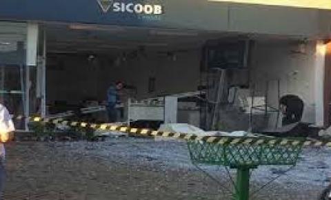 Agência bancária fica destruída após ação de assaltantes em Piracanjuba