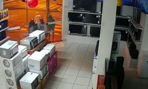 Assaltantes levam 12 aparelhos de TV de loja de eletrodomésticos em Caldas Novas