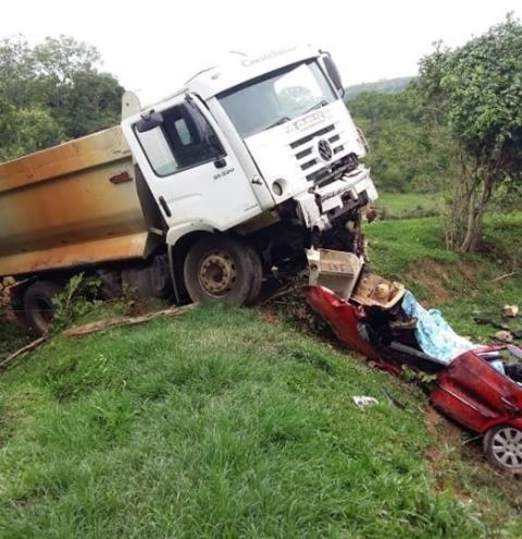 Pai, mãe e filha morrem em acidente na GO-139, próximo a Corumbaíba