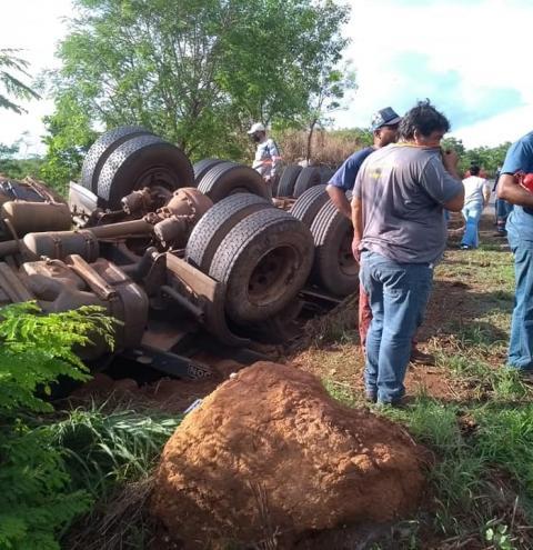 Caminhão Tomba Na GO 309 Entre Marzagão e Agua limpa e deixa uma criança  ferida.